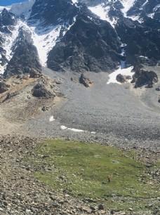 渺小的登山者在雪山下面