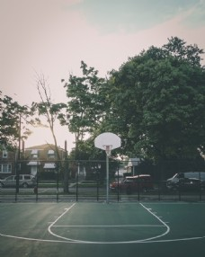 道路旁的篮球场