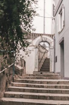 楼梯旁的白色混凝土建筑