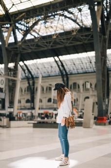 車站少女等待城市清新背景素材