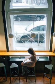 咖啡館少女孤獨城市背景素材
