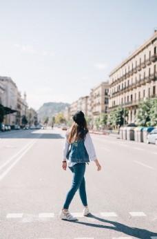 街道路口少女城市清新背景素材
