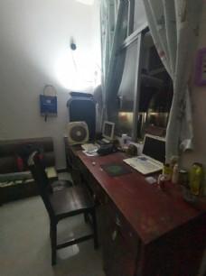 靠窗户的书桌  电脑桌 桌子