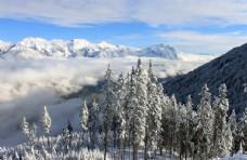 晴朗雪峰风景