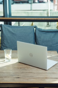 白色笔记本电脑