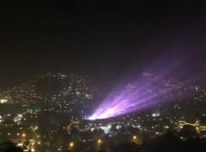 村寨里紫色的放射光芒