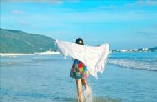 姑娘海边踏浪嬉戏