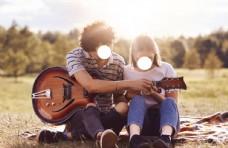 野餐时间可爱的情侣约会