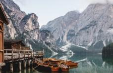 小镇小船湖面旅游背景素材