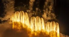 火箭发射火焰喷射背景图片