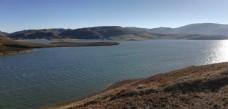 连绵大山湖泊风光图片