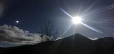 高山太阳光芒日照风光图片