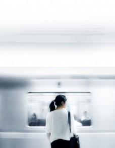 等著坐地鐵的女人圖片