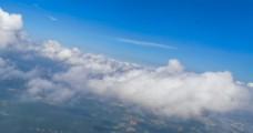 飞机穿过云层