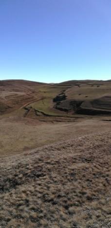 蓝天大山草坡风景图片